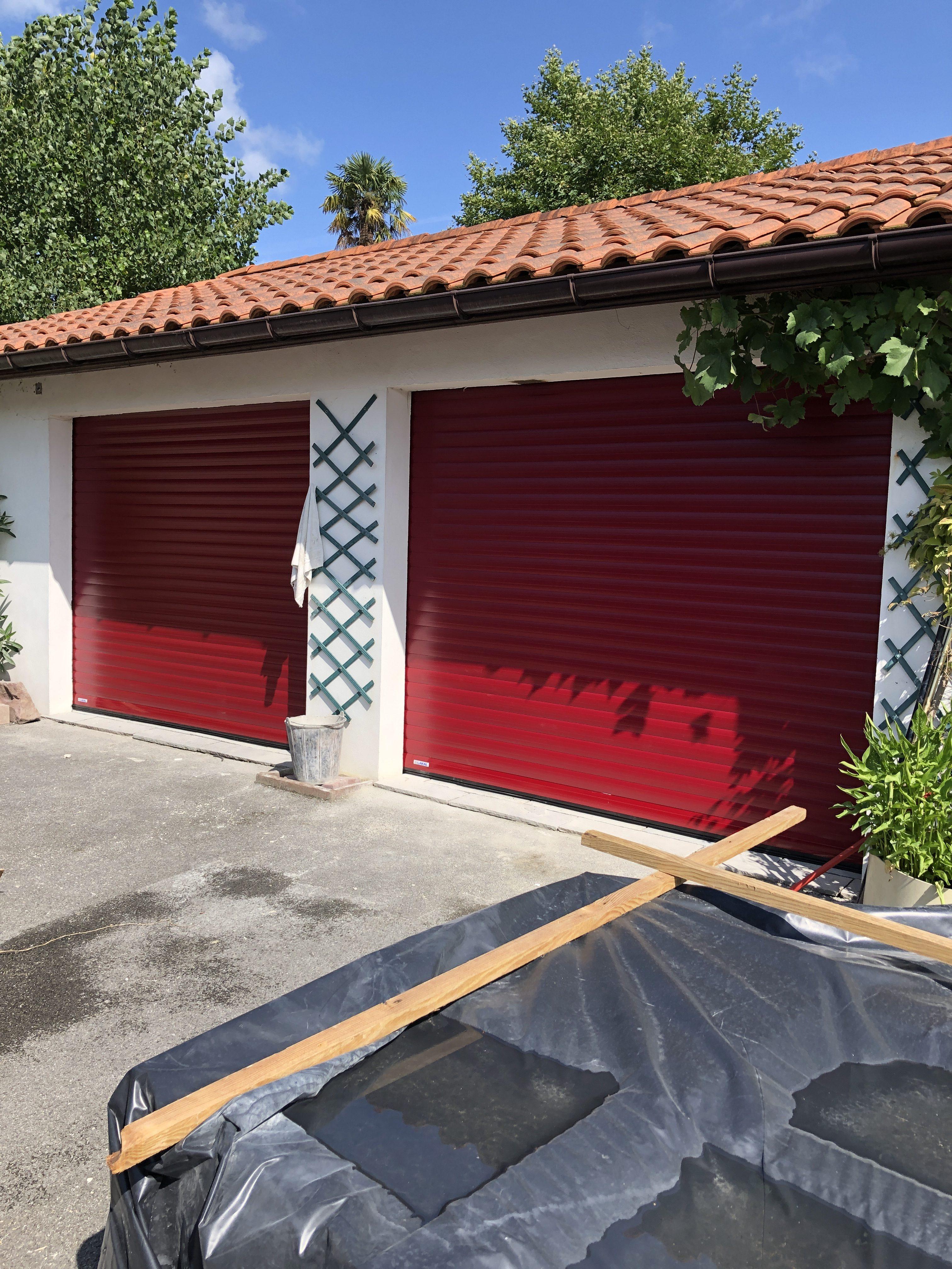Porte de garage enroulable rouge basque Lakal par AED64 à Briscous