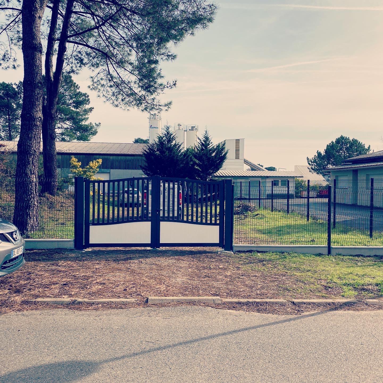 Portail semi-ajouré classique motorisé et clôture en aluminium, installé à Hossegor dans les Landes