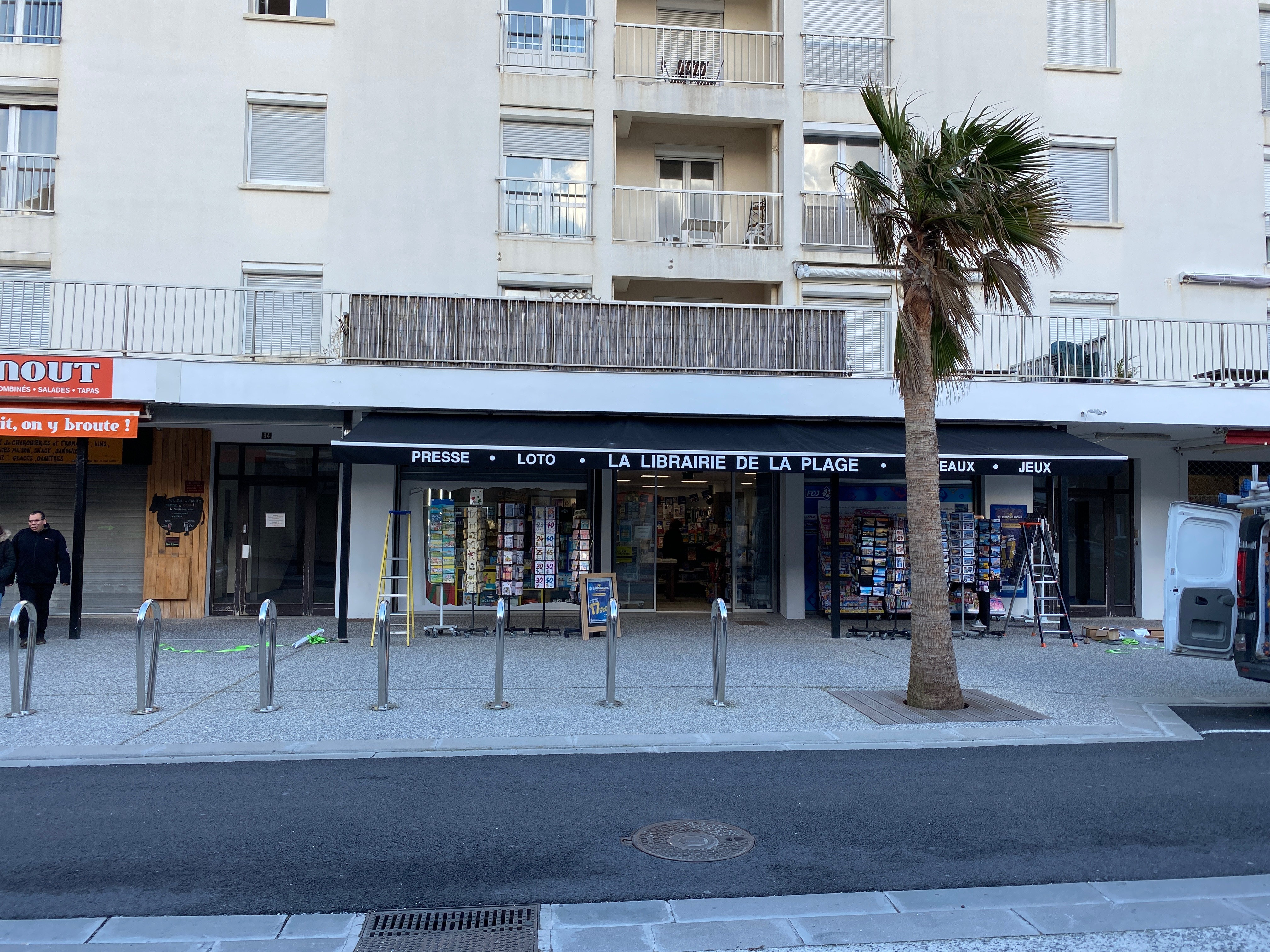 Store banne marquises de 10m avec écriture sur le lambrequin coloris noir installé à Hendaye dans le 64 par votre artisan AED64