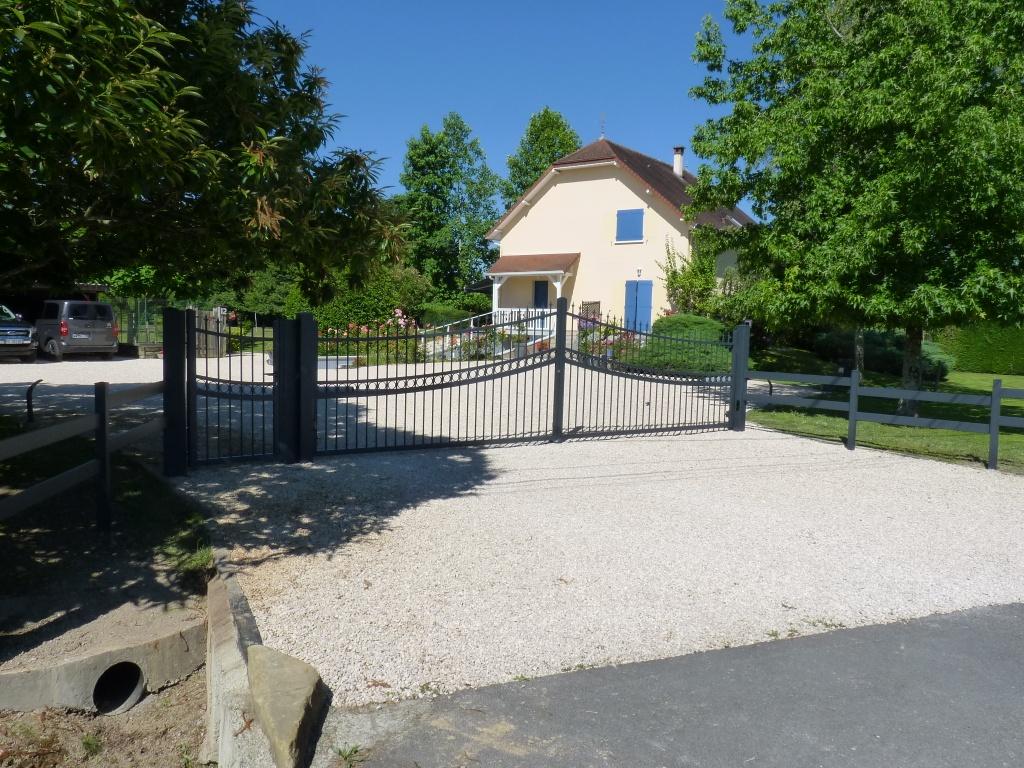 Portail motorisé (FAAC), portillon et clôture en aluminium soudé installé par votre artisan AED64 à Gurs, Béarn