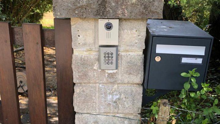 Système de fermeture sur deux portails existants avec digicode, badge et carillon vidéo sans fil Aiphone