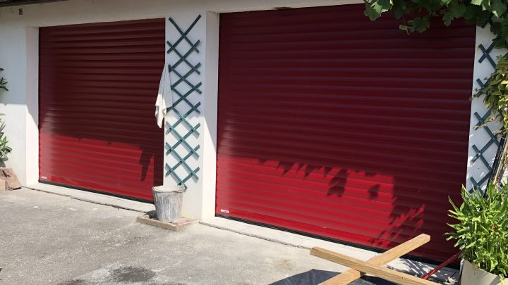 Porte de garage enroulable rouge basque Lakal par AED64 à Briscous