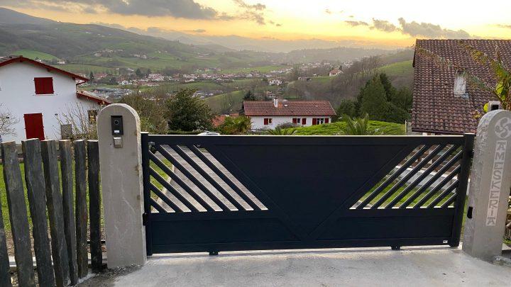 Portail coulissant TSCHOEPPE motorisé en aluminium modèle VEGA, installé à Hasparren par votre artisan AED64