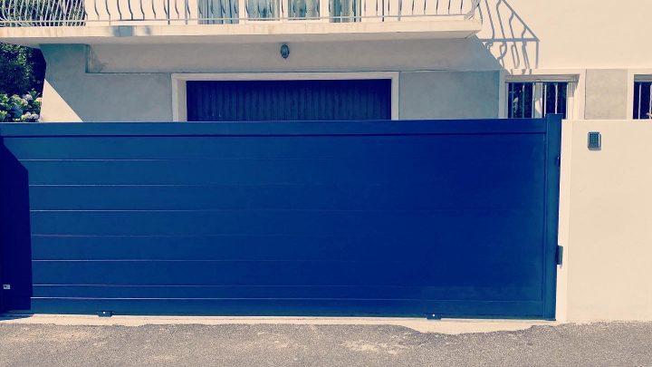 Portail en aluminium soudé bleu lames pleines installé par votre artisan AED64 à Anglet, Pays basque