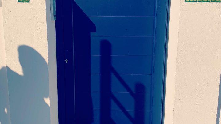 Portillon en aluminium soudé bleu lames pleines installé par votre artisan AED64 à Anglet, Pays basque