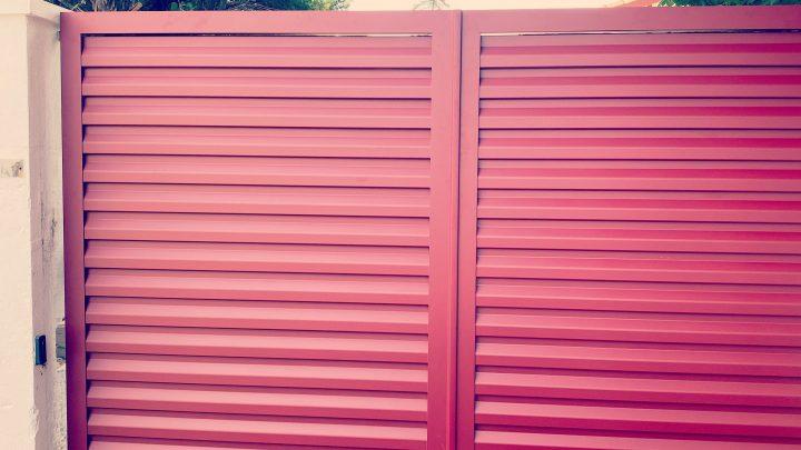 Portail BREDOK en aluminium soudé rouge basque lames persiennes AED64